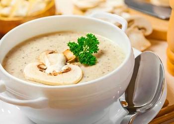 Šampinjonu zupa ar saldo krējumu un grauzdiņiem