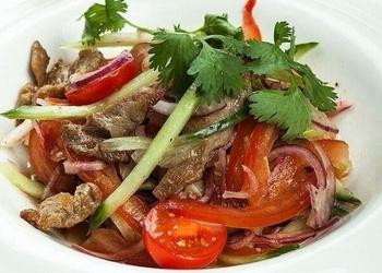 Liellopu gaļas un tomātu salāti