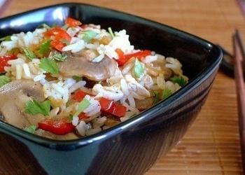Rīsi ar dārzeņiem, sēnēm un vistu