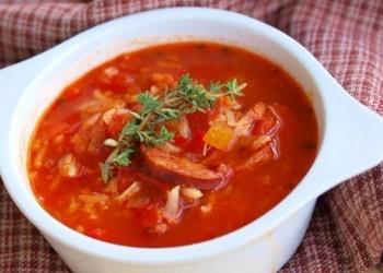 Tomātu zupa ar kūpinātu gaļu