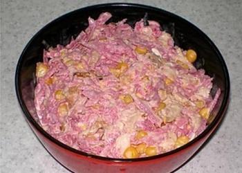 Redīsu salāti ar vistas gaļu, sīpoliem un kukurūzu