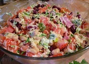 Vārītas vistas gaļas salāti ar sarkanajām un baltajām pupiņām