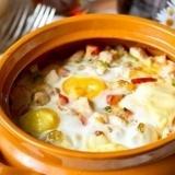 Яйца, запеченные с курицей и овощами