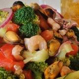 Dārzeņu salāti ar jūras veltēm