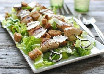 Cēzara salāti ar grilētu vistas gaļu