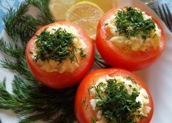 Ar sieru un garšaugiem pildīti tomāti