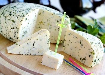 Mājas siers ar zaļumiem un ķiplokiem