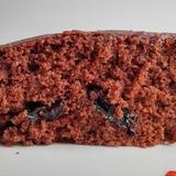 Šokolādes pīrāgs ar žāvētām melnajām plūmēm