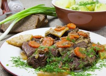 Sautētas liellopu gaļas šķēles ar sīpoliem