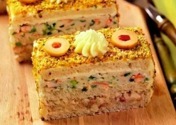 Sviestmaižu torte ar siļķi un krabju nūjiņām