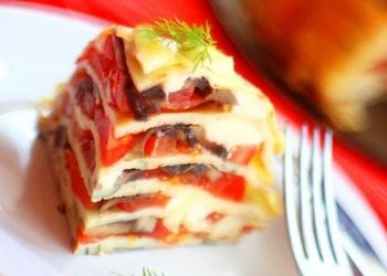 Pankūku pīrāgs ar tomātiem un sieru