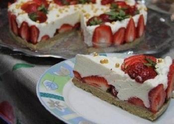 Neceptā cepumu – zemeņu kūka ar halvu