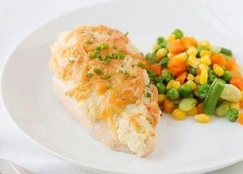 Krāsnī cepta vistas gaļa ar skābo krējumu un sieru