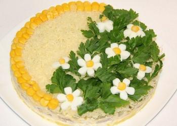 Kārtainie vistas gaļas salāti ar marinētiem dārzeņiem un sieru