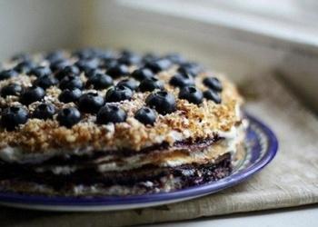 Plāno pankūku kūka ar biezpiena krēmu un mellenēm