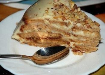 Neceptā skābā krējuma – prjaņiku kūka ar riekstiem