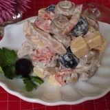 Kūpinātas vistas gaļas salāti ar sieru, tomātiem un šampinjoniem