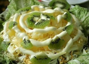 Šampinjonu salāti ar vistas fileju, ananāsiem un kivi