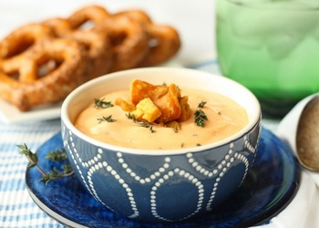 Siera zupa franču gaumē ar ķiploku grauzdiņiem