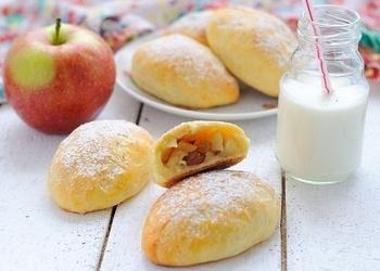 Biezpiena mīklas pīrādziņi ar āboliem un rozīnēm