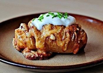 Savā mizā cepti kartupeļi ar sieru