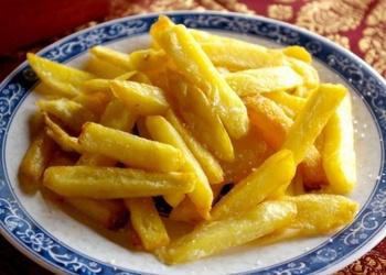 Salmiņos sagriezti un taukos cepti kartupeļi