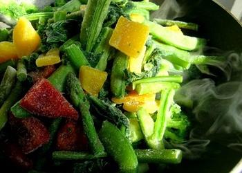 Salāti ar ananāsiem, melonēm un pākšu pupiņām