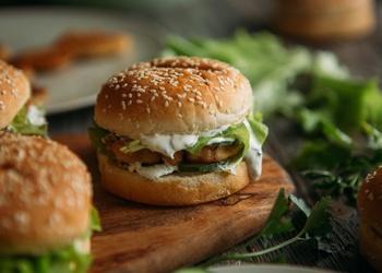 Burgeri ar vistas gaļu un skābā krējuma mērci