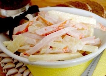 Kūpinātas vistas gaļas salāti ar āboliem un ananāsiem