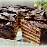 Smilšu biskvīta torte ar šokolādes pudiņa krēmu
