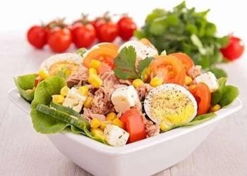 Tunča salāti ar olām un tomātiem