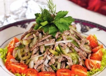Liellopu gaļas salāti ar marinētiem gurķiem un lapu salātiem