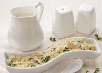 Saldā krējuma mērce ar baltajām sēnēm un sieru