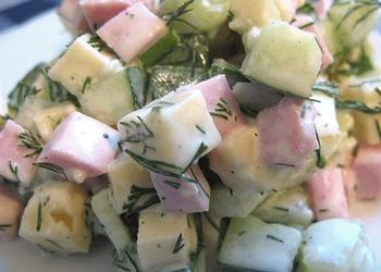 Sātīgie gurķu, šķiņķa un siera salāti