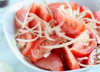 Sīpolu salāti ar tomātiem