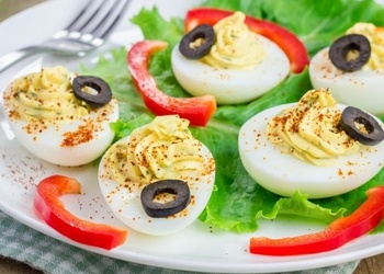Фaршировaнные яйцa с горчицей и пaприкой