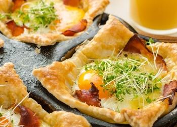 Kārtainās mīklas maizītes ar šķiņķi, olām un sieru