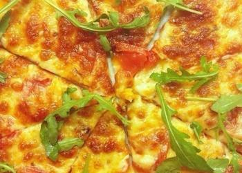 Šķiņķa pica ar tomātiem un Mocarellas sieru