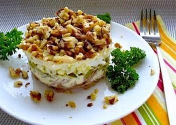 Vistas filejas salāti ar marinētiem šampinjoniem un valriekstiem