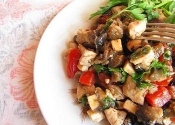 Baklažānu, vistas gaļas un tomātu salāti