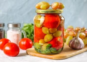 Ar vīnogām konservēti tomāti