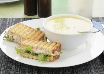 Piena zupa ar manna klimpām