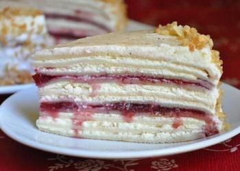 Saldā krējuma-biezpiena pankūku torte ar ķiršu džemu