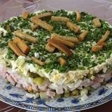 Šķiņķa salāti ar grauzdiņiem un zaļajiem zirnīšiem