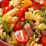 Šķiņķa, siera un dārzeņu salāti itāļu gaumē