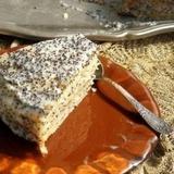 Skābā krējuma torte ar magoņu sēkliņām
