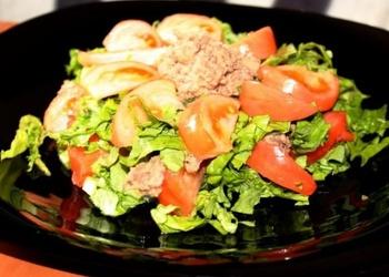 Cepts, panēts tuncis ar salātiem un tomātiem