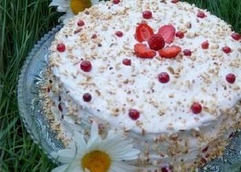Svētku torte ar ogām un zemesriekstiem
