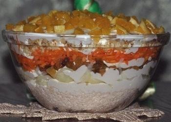 Vistas filejas salāti ar gaišajām rozīnēm, valriekstiem un apelsīniem