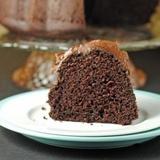 Šokolādes kēkss ar šokolādes-skābā krējuma glazūru